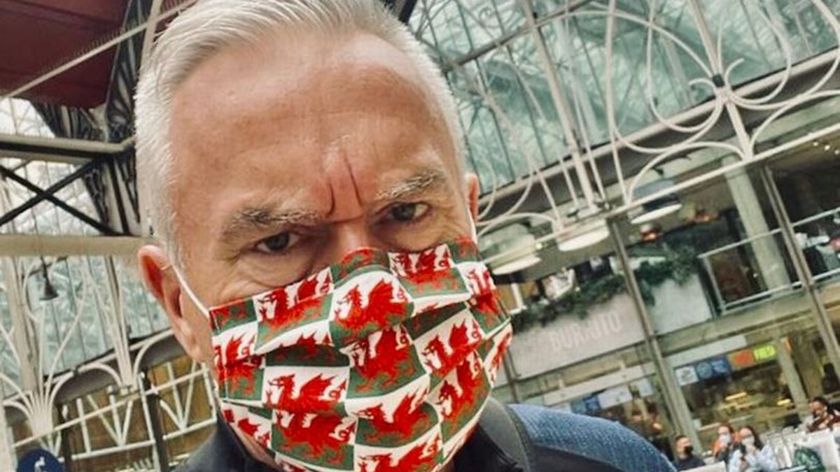 Angry man demanded Huw Edwards take his Wales face mask off on tube